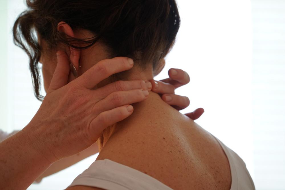 Griffe am Nacken